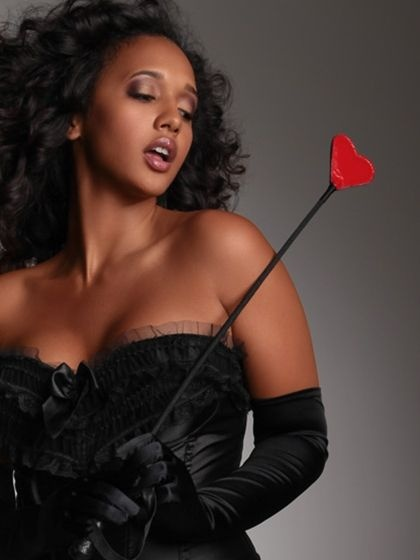 rd9699_plus-size-love-hurts-leather-heart-riding-crop_black-and-red